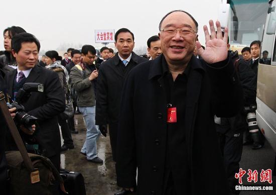 3月2日,全国人大代表、重庆市市长黄奇帆向记者镜头挥手致意。当天,参加十一届全国人大五次会议的重庆代表团抵达北京首都国际机场。中新社记者 泱波 摄