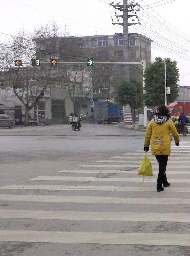 湘潭市三中丁字路口,行人指示灯时间太短,仅18秒。图/志愿者毛建伟