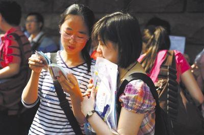 考生在烟台三中考点外复习。2010年6月7日,高考第一天,山东省烟台市37713名考生在13个考区、28个考点迎战首日考试。资料图片