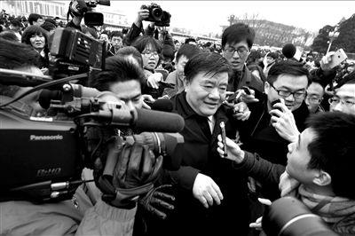 昨天下午,全国政协十一届五次会议在人民大会堂开幕,出席会议的全国政协委员、卫生部部长陈竺被众多记者围堵。