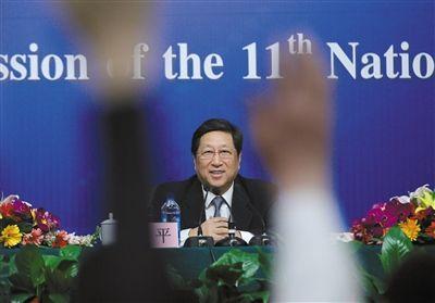 昨日,与会记者争相举手准备向国家发展和改革委员会主任张平提问。新华社记者 王申 摄