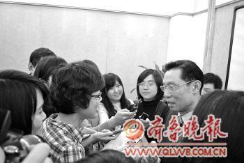 本报记者赵文竹(左一)面对面采访钟南山。记者 王僖 摄本报特派记者 赵文竹 王僖 3月5日发自北京