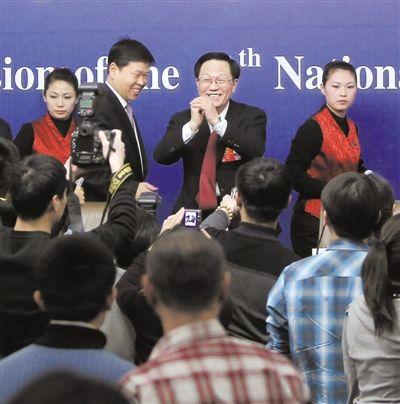 昨日,记者会后,媒体记者纷纷上前想继续提问,而财政部部长谢旭人向众媒体抱拳施礼,表示有事要先行离开。 本报记者 赵亢 摄