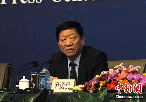 图为人力资源和社会保障部部长尹蔚民回答记者提问。中新网记者 程涛 摄
