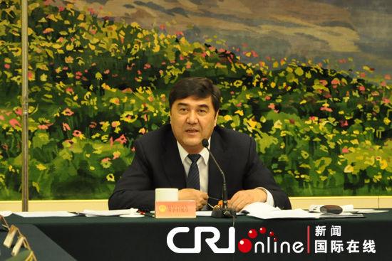 新疆维吾尔族自治区主席努尔・白克力在代表团全体会议上发言。肖中仁摄