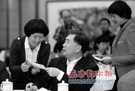 女代表纷纷向汪洋要签名。南都特派北京记者陈伟斌摄