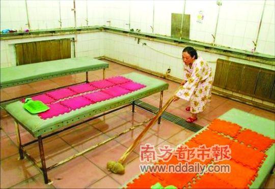 2006年3月,前全国女子举重冠军邹春兰,在长春一家浴池内当搓澡工。