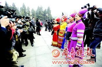 身着鲜亮衣服的少数民族女代表和委员总是能成为焦点。 本报特派记者 王媛 摄