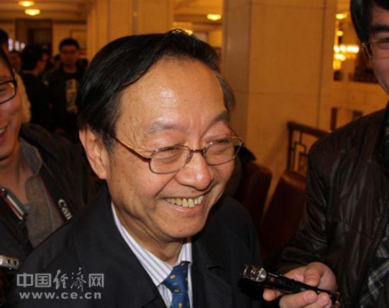 全国政协经济委员会副主任、工信部原部长李毅中笑答记者提问。 记者王惠绵/摄