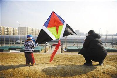 2011年2月19日,大兴线,一对父子准备放风筝,背景处是大兴线。本报资料图片 尹亚飞 摄