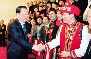 3月9日,李长春亲切接见海南代表团全体代表并同大家合影留念。本报特派记者 王凯 摄
