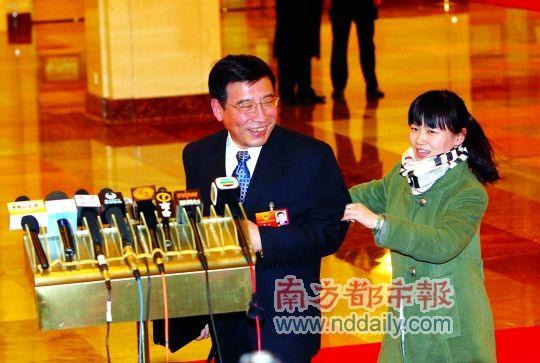 工信部部长苗圩被拉住后站到了发言席前。