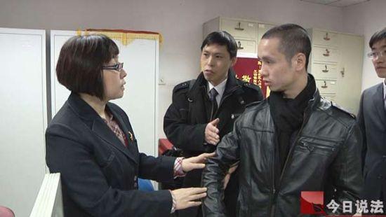 公益律师时福茂陪着李国方来到劳动局,申请工伤认定。