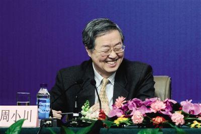 """昨日,中国人民银行行长周小川等人就""""货币政策及金融改革""""等问题在梅地亚中心多功能厅回答中外记者的提问。本报记者 赵亢 摄"""