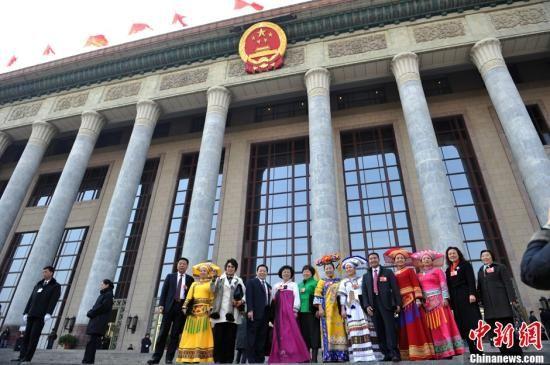 3月9日下午,十一届全国人大五次会议第三次全体会议在北京人民大会堂开幕,图为大会开幕前少数民族代表步入会场。中新网记者 金硕 摄