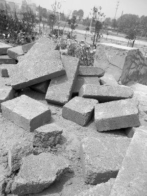 这些水泥砖能用手捏碎。