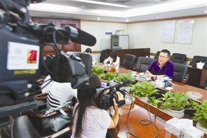 新闻发布会上,深圳市社保局新闻发言人黄险峰答疑。