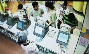 肯德基内录像显示双方在排队时发生冲突 网络截图