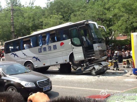 北京某高官儿子车祸_目击者称北京警车对折车祸因高速撞击所致