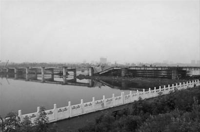 辽宁抚顺投资近3千万大桥竣工前坍塌。