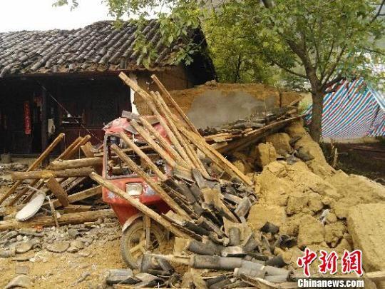 云南宁蒗地震灾区倒塌的房屋 单建波 摄