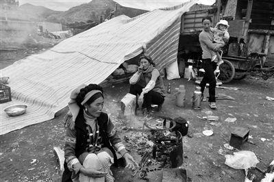 昨日,云南省永宁乡上开基村房屋受损的彝族村民侯阿芝(左一)一家人搬到户外生活。