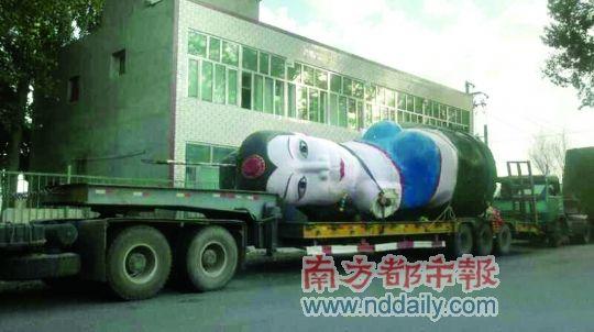 """昨日上午,雕塑被拆除运走。图片来源:新浪微博""""DHA-XJ李传明"""""""