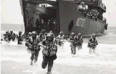解放军进行抢滩登陆演习。中国青年报 图