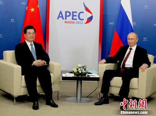 当地时间9月7日下午,出席亚太经合组织第二十次领导人非正式会议的中国国家主席胡锦涛,在俄罗斯符拉迪沃斯托克会见俄罗斯总统普京。张朔 摄