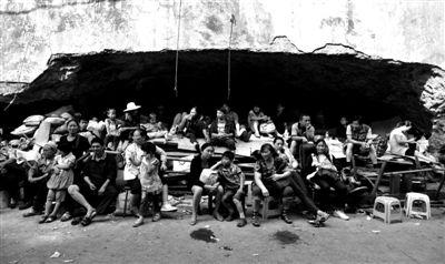 昨日,云南彝良地震震中洛泽河镇,灾民正在等待转移。图/IC