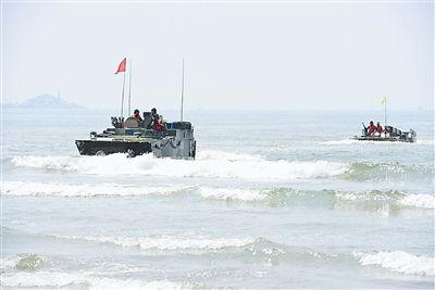 两栖装甲战车抢滩登陆。两栖装甲战车抢滩登陆 图片来源:解放军报