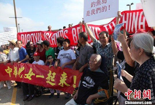 """当地时间9月15日,美国休斯敦华人华侨打出保卫钓鱼岛的横幅和标语,举行""""保钓护土""""示威游行。中新社发 王欢 摄"""
