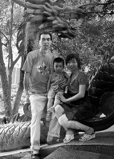 占学发和爸爸妈妈的合影,之后不到3个月,父母双双遇难,他瞬间变成了孤儿