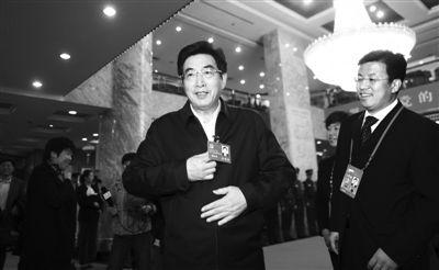 昨日,十八大代表、北京市委书记郭金龙到驻地报到。新京报记者 浦峰 摄