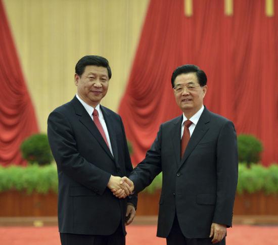11月15日,国家主席胡锦涛,新当选的中共中央总书记、中共中央军委主席习近平等领导同志在北京人民大会堂亲切会见出席党的十八大代表、特邀代表和列席人员并发表重要讲话。这是胡锦涛和习近平亲切握手。新华社发