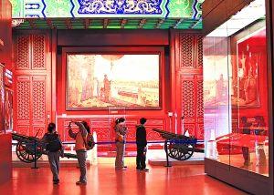 """《开国大典》巨幅油画作品和部分""""开国大典""""时所用实物,见证了1949年10月1日中华人民共和国成立的伟大历史时刻。本报记者 方非摄"""