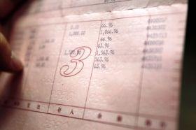 12月6日,广东汕头市陈店镇,刘双云的存折显示最后一笔交易终止于2010年7月14日,折上还剩63.96元。图/记者华剑