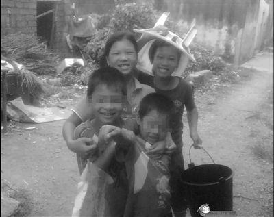 被烧死的林家四姐妹中的两个,和她们的弟弟在一起。拍摄于2009年。