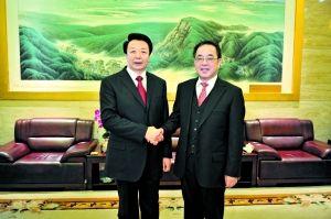 中共中央政治局委员胡春华与自治区党委书记王君(左)亲切话别。 摄影/《内蒙古日报》首席摄影记者 马建斌