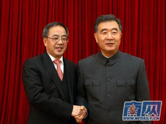 2012年12月18日,广东省召开领导干部大会,汪洋和胡春华(左)在全省领导干部会议上握手,汪洋身着中山装。