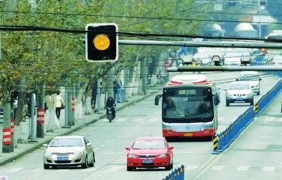 1月3日,成都大石东路路口,绿灯转变为黄灯