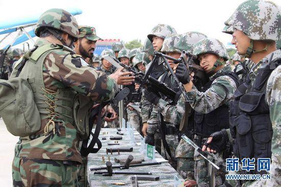 资料图:解放军与巴基斯坦军队交流武器。