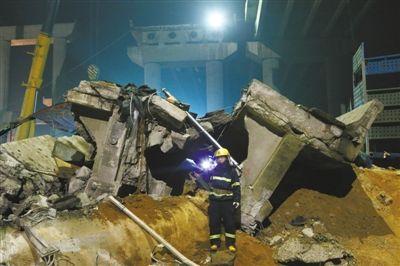 2月2日凌晨,一名消防战士在废墟里搜寻幸存者,他的背后是垮塌的桥墩和桥面。A06/A07版摄影/新京报记者 尹亚飞