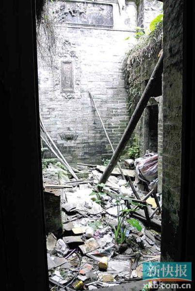 关良故居内堆满了垃圾。新快报记者冯仕妍/摄