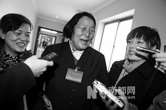 2日中午,全国人大代表申纪兰抵达万寿庄宾馆,被媒体围住采访。南都记者 霍健斌 摄