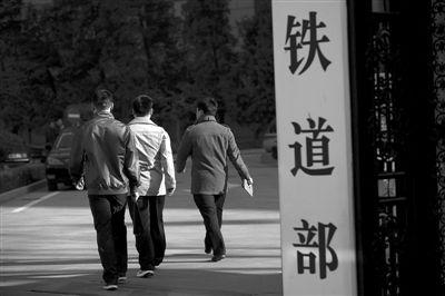 10日,铁道部的牌子挂在大门口,国务院机构改革和职能转变方案披露,铁道部将不再保留。新京报记者 侯少卿 摄