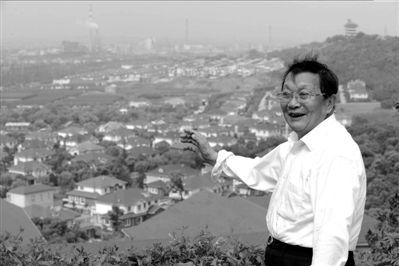 2009年8月,吴仁宝在村中一处山坡上眺望新一代农民别墅。新华社发