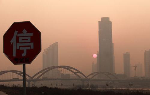 1月10日,甘肃省兰州市,浓重的灰霾天气将兰州的太阳变得如同月亮。图 /CFP  党运 摄