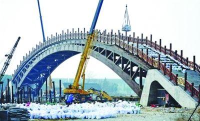 根据设计要求,这座将古建筑技艺与科技环保相结合的木拱桥可以满桥