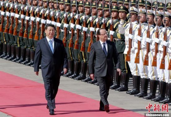 4月25日,中国国家主席习近平在北京人民大会堂东门外广场举行仪式,欢迎法国总统奥朗德访华。中新社发 盛佳鹏 摄
